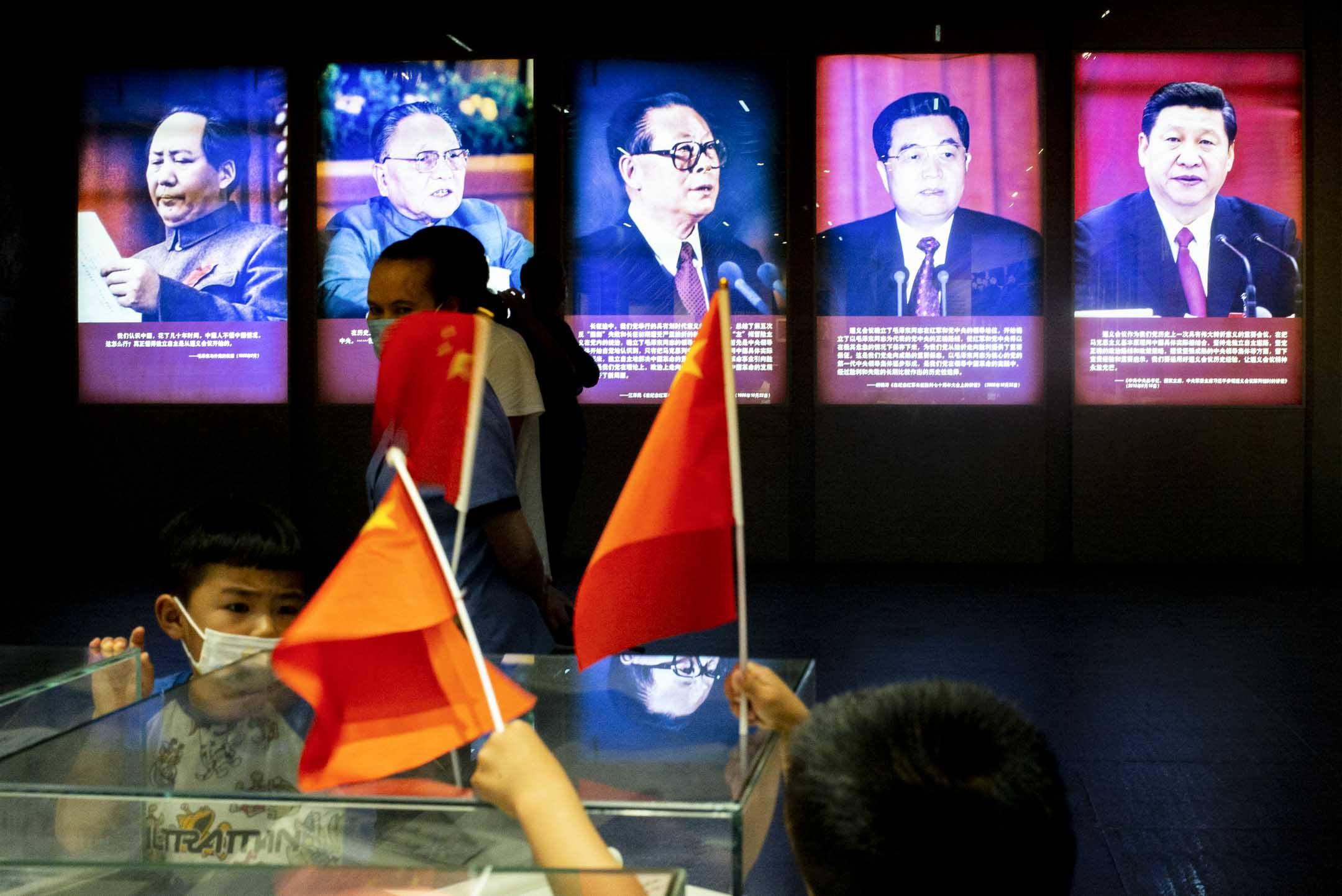 2021年5月30日,遵義會議紀念館內其中一部分,有歷代中共領導人的照片,場內有小朋友帶上國旗在內參觀。 攝:林振東/端傳媒