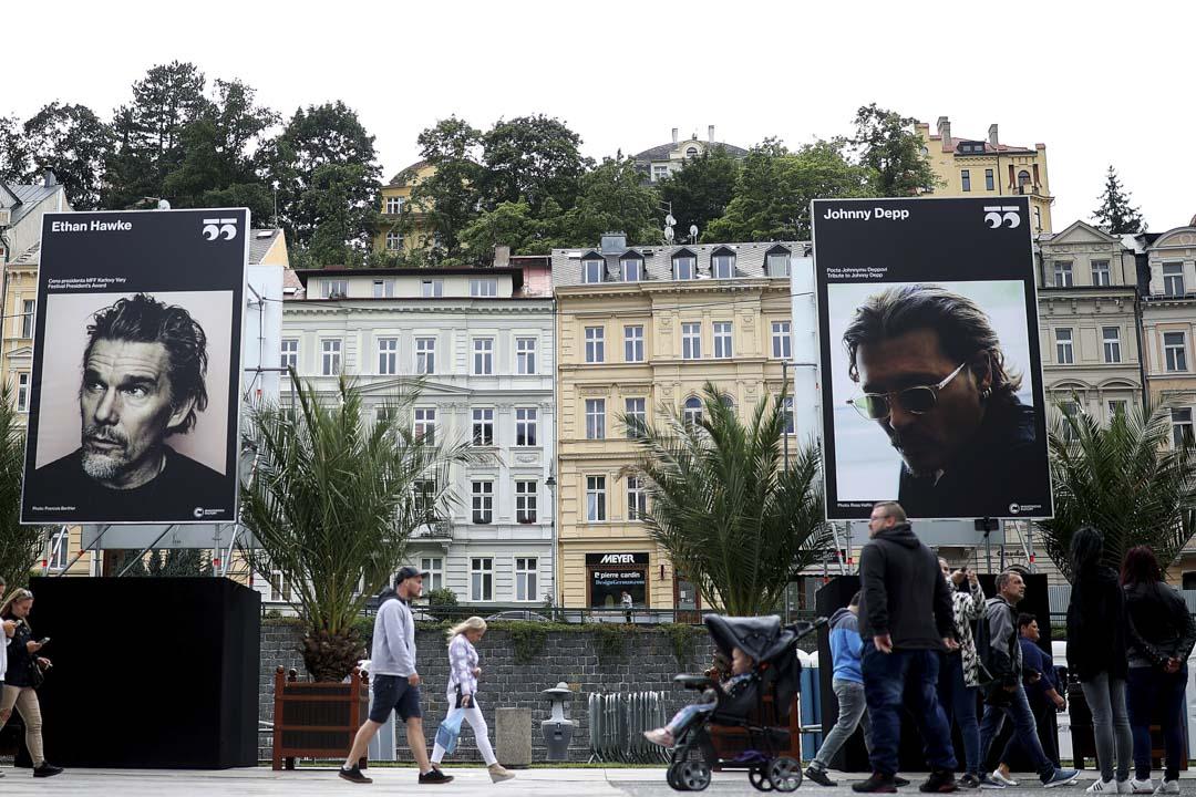 2021年8月17日,捷克卡羅維瓦利影展也宣布將頒發影展榮譽獎水晶獎給強尼.戴普,也聲明表彰他對世界電影的貢獻。