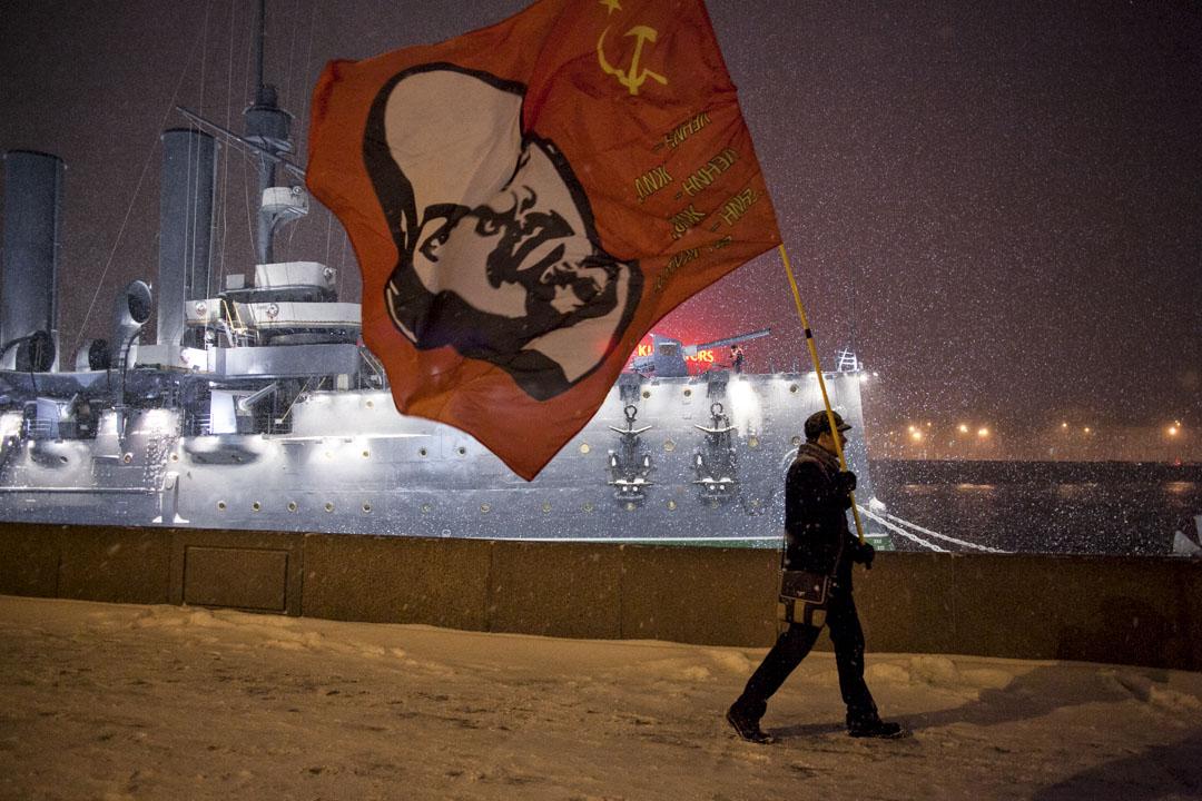 2016年11月7日, 俄羅斯聖彼得堡,男子手持印有列寧肖像的旗幟參加十月革命99週年的集會。