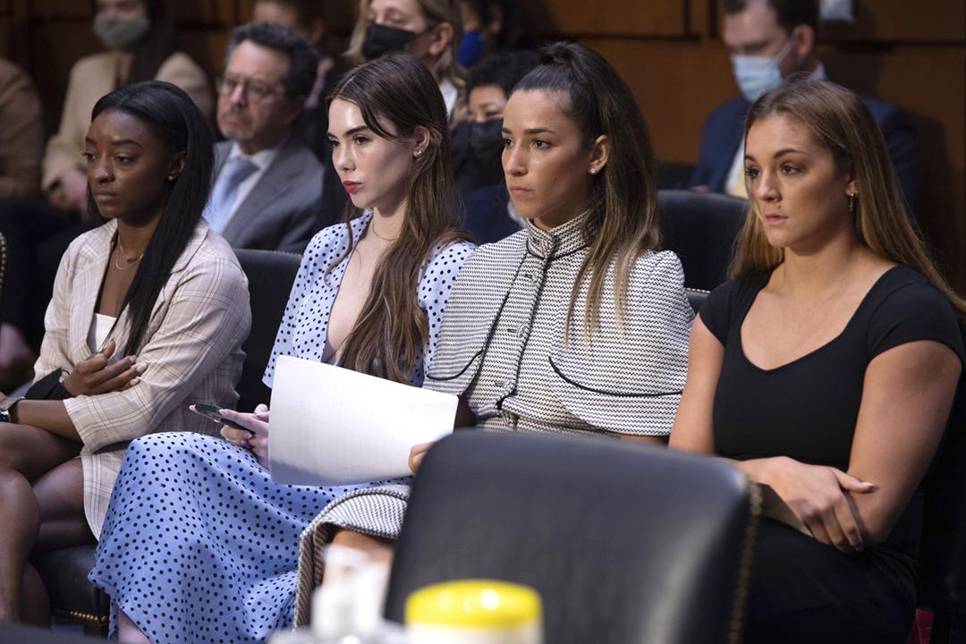 2021年9月15日,比莉絲(Simone Biles)、瑪朗妮(McKayla Maroney)等美國女子體操選手出席參議院聽證會,就聯邦調查局(FBI)被指未有及時調查前體操隊醫納薩爾(Larry Nassar)性侵案作證。 攝:Saul Loeb / Pool via AP