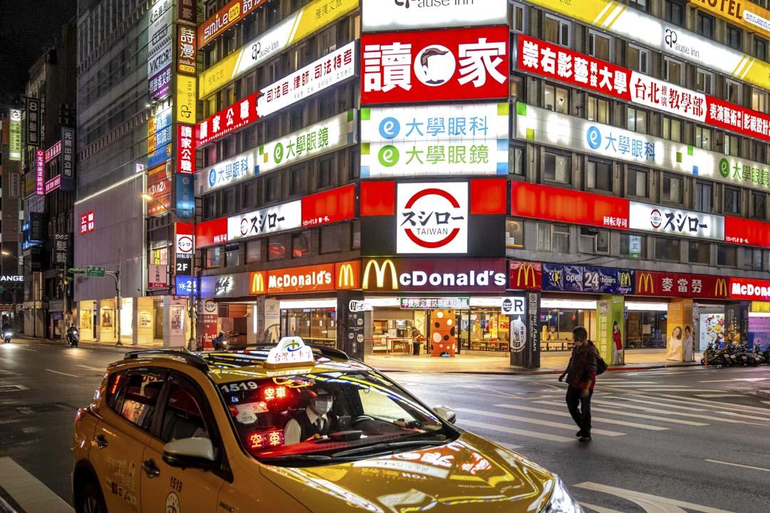2021年6月1日,台北一位戴著口罩的行人走在街道上。