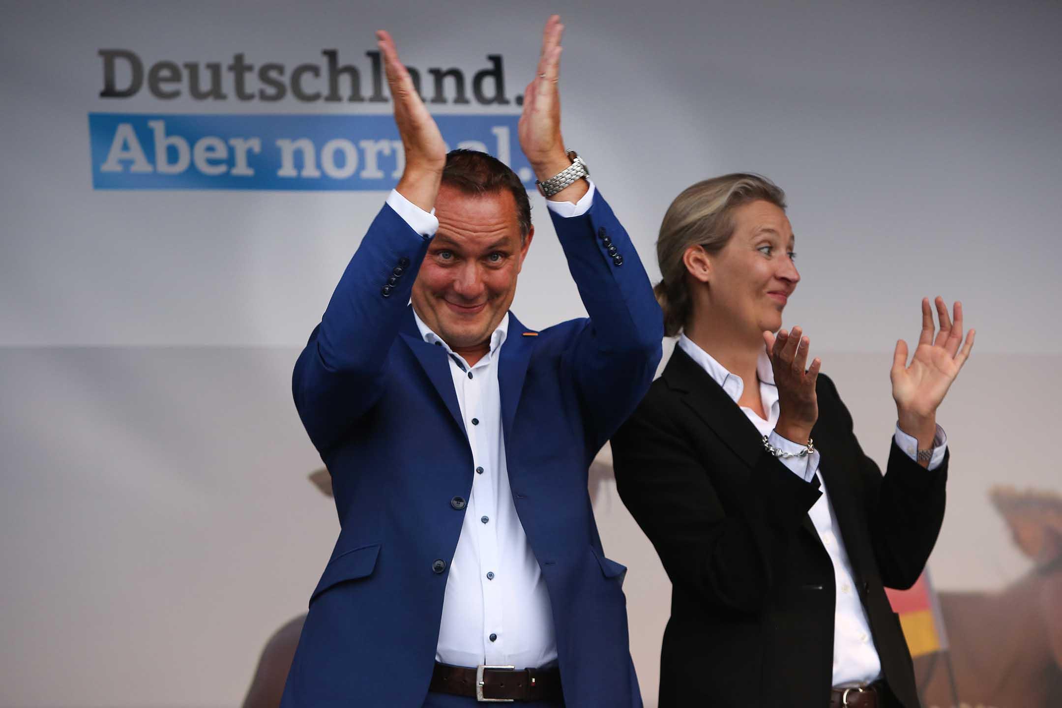 2021年8月10日德國施威林,赫魯帕拉和愛麗絲·魏德爾是德國選擇黨的總理候選人,他們在競選集會上向支持者鼓掌。
