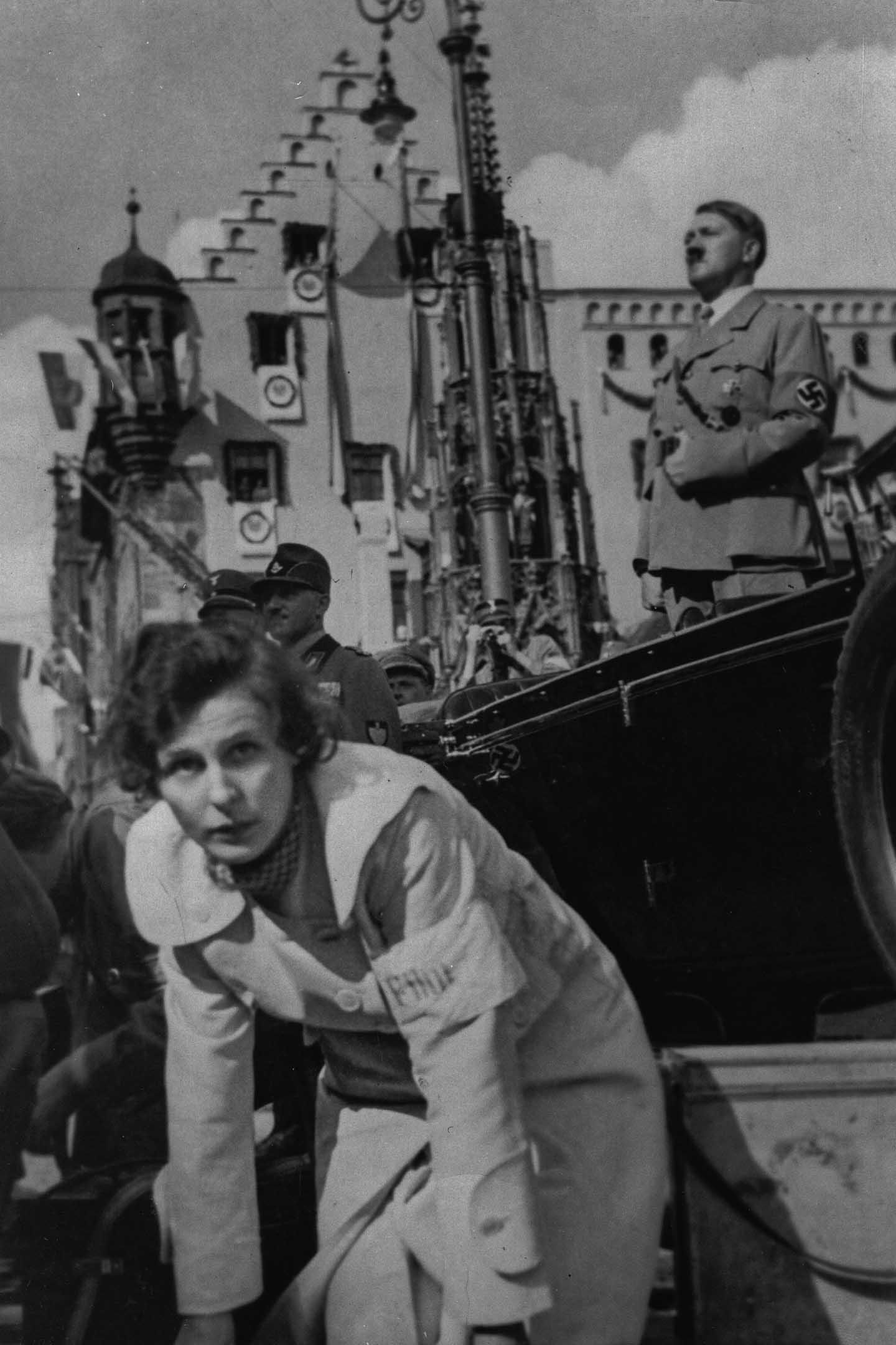 1934年德國紐倫堡,希特勒在集會的講台上,萊尼·瑞芬斯坦為電影《意志的勝利》拍攝。
