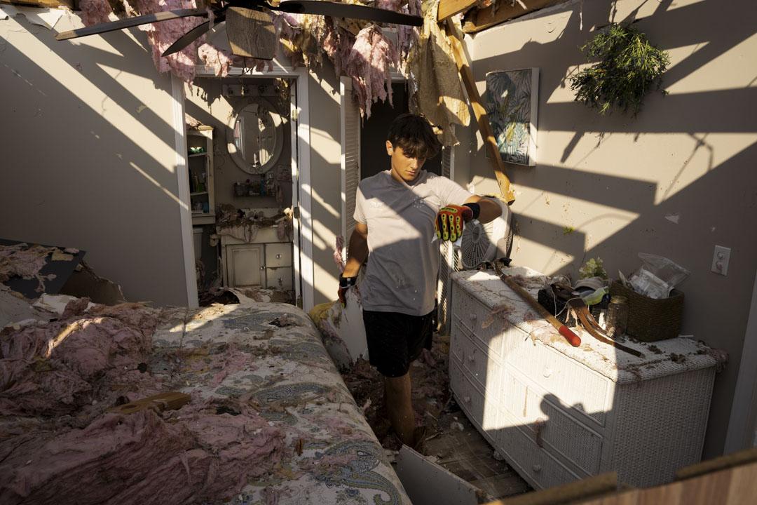 2021年9月4日,美國路易斯安那州格蘭德島,居民Michael Szeplaki清理被颶風艾達摧毀的度假屋。