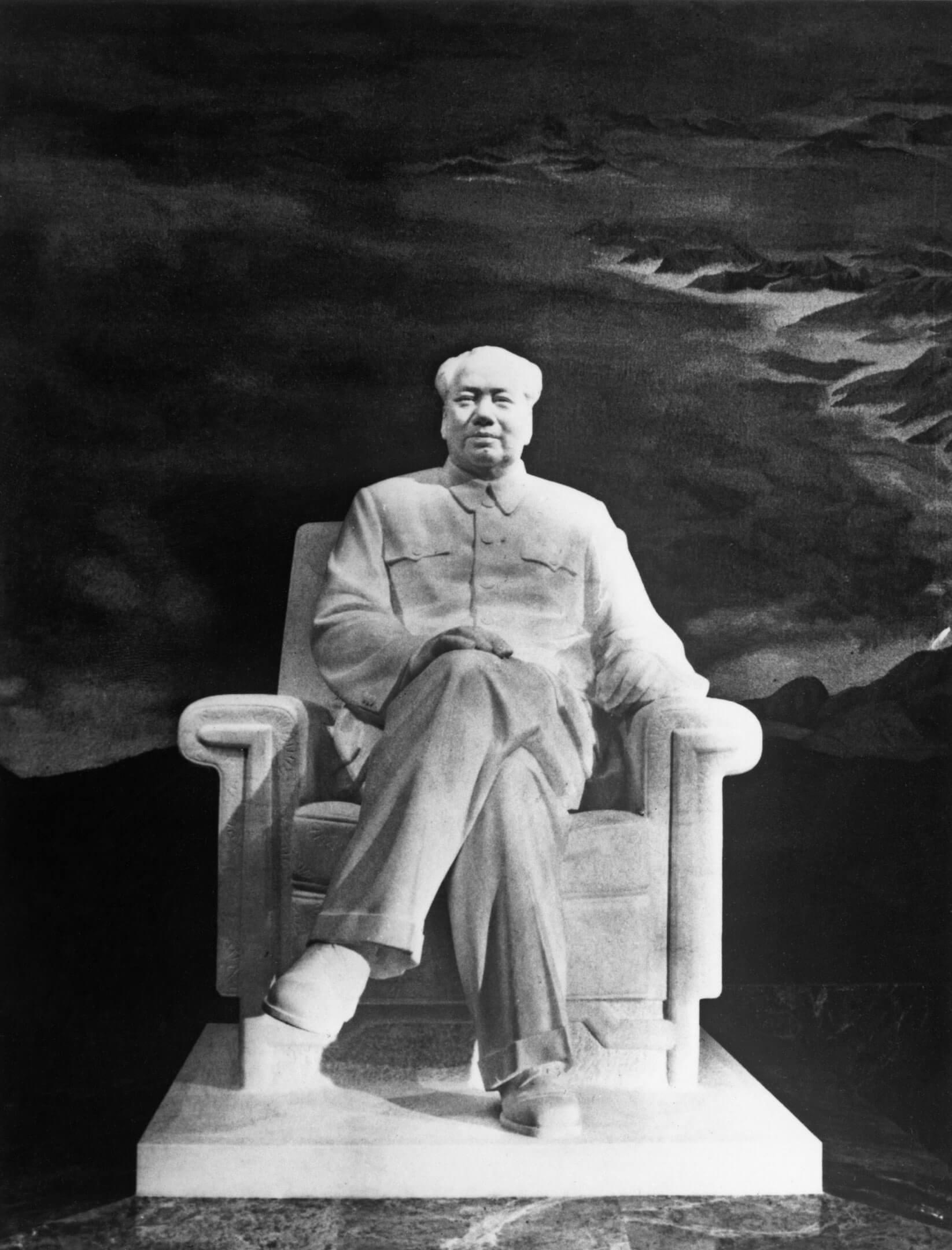 1977年9月12日,中國首都北京,天安門毛澤東紀念堂豎立的毛澤東像。 圖:Keystone/Hulton Archive/Getty Images