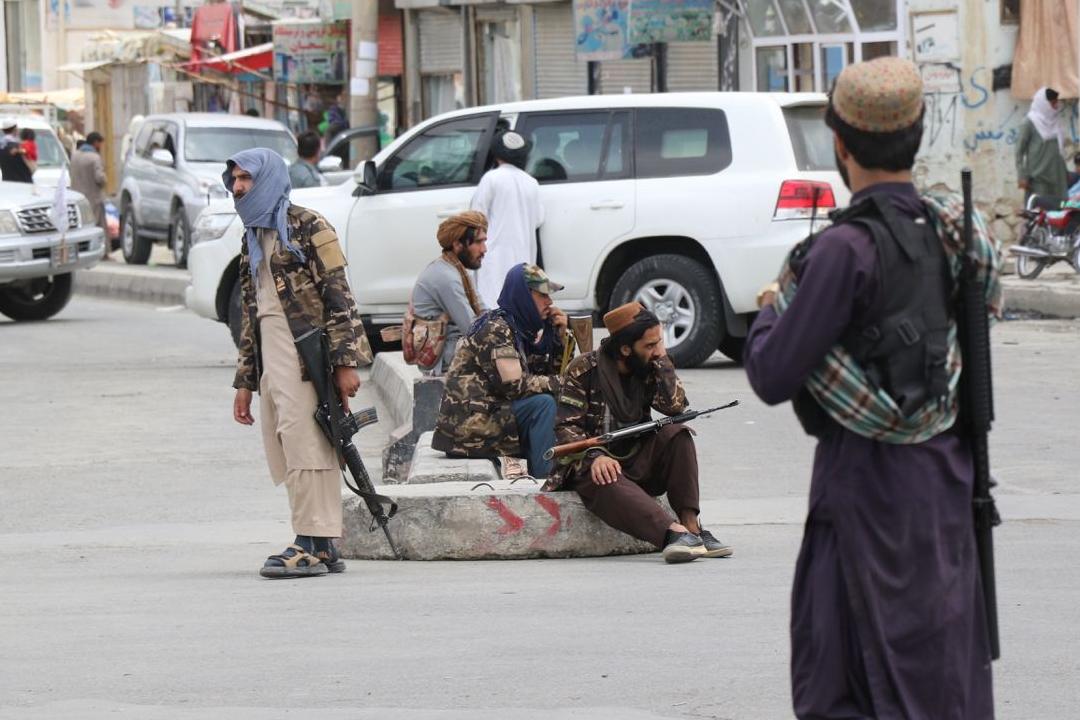 2021年9月1日,阿富汗首都喀布爾,塔利班士兵持槍巡邏。 攝:Haroon Sabawoon/Getty Images