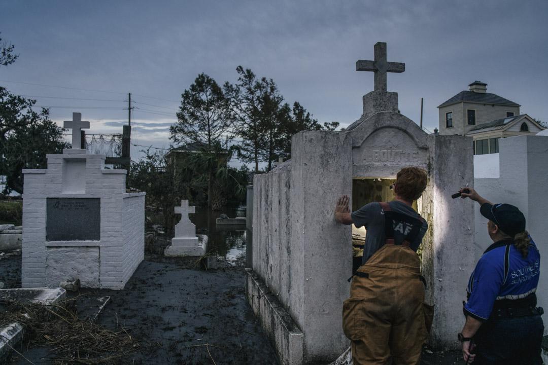 2021年9月1日,美國路易斯安那州城市吉恩拉菲特(Jean Lafitte),搜救隊員在墓地裏檢查在颶風艾達中損毀的石棺。