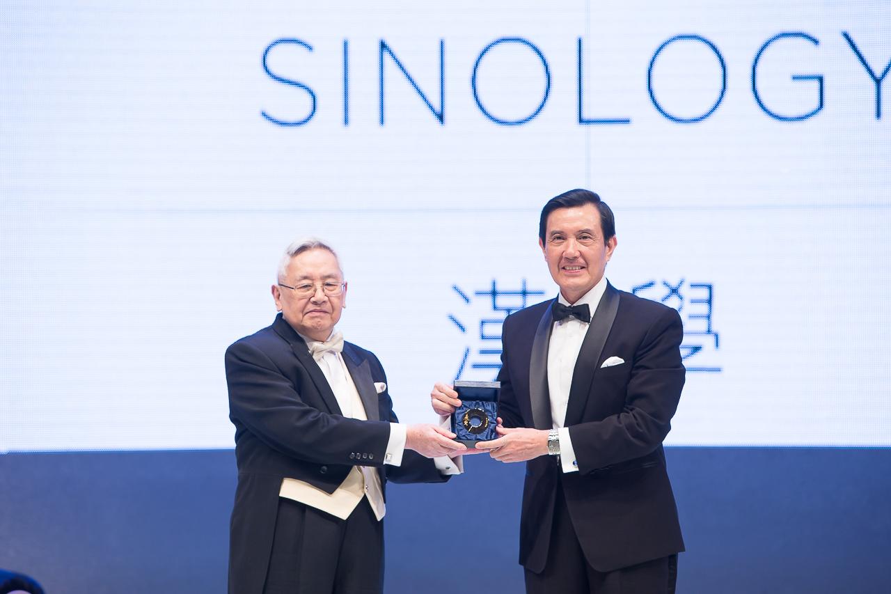 2014年,時任台灣總統馬英九向余英時先生頒發第一屆唐獎漢學獎。
