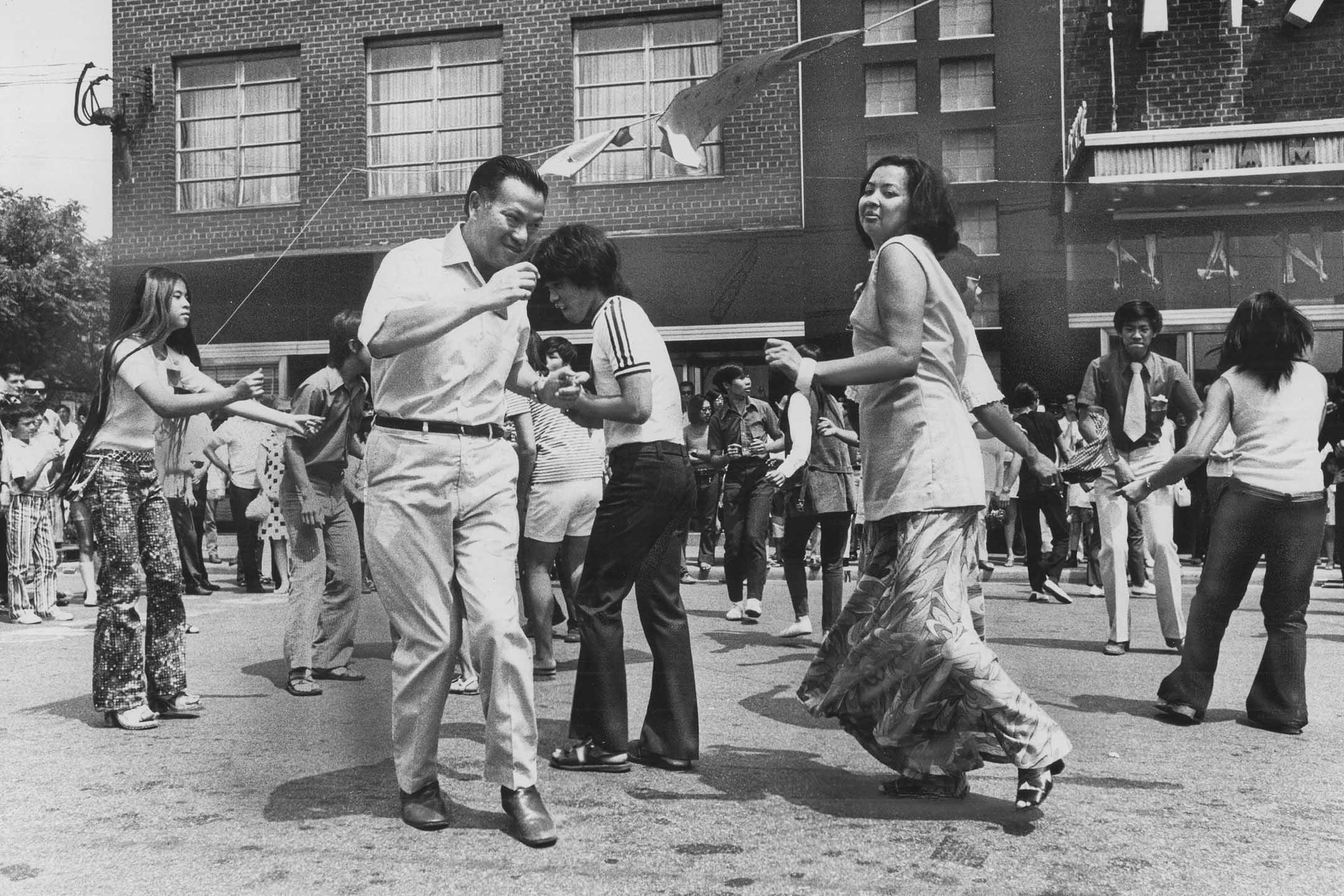 1970年7月26日加拿大唐人街,一項籌款活動期間,人們隨著搖滾樂隊的音樂翩翩起舞。 攝:Boris Spremo/Toronto Star via Getty Images