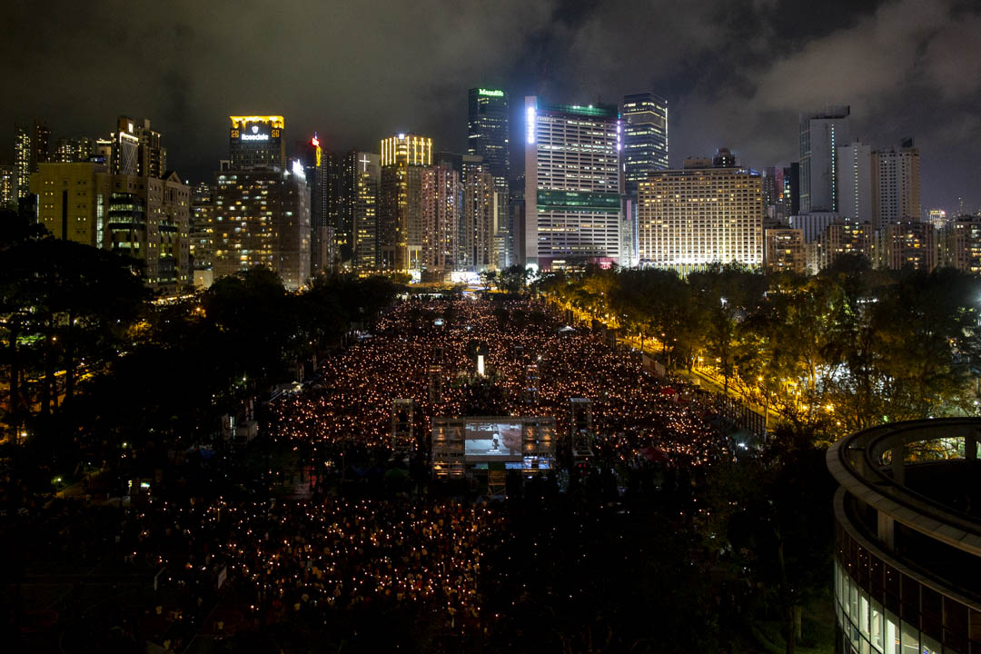 2019年6月4日,在修訂《逃犯條例》的陰霾下,出席六四30週年燭光晚會的市民站坐滿六個維園足球場及草地,支聯會宣佈晚會人數逾18萬。集會主題為「人民不會忘記」。