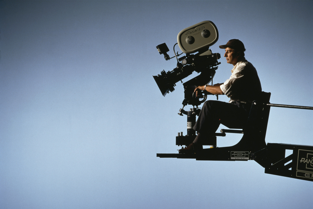 大約1990年代,英國電影攝影師Tony Pierce-Roberts正在操作菲林攝影機。 攝:Richard Blanshard/Getty Images