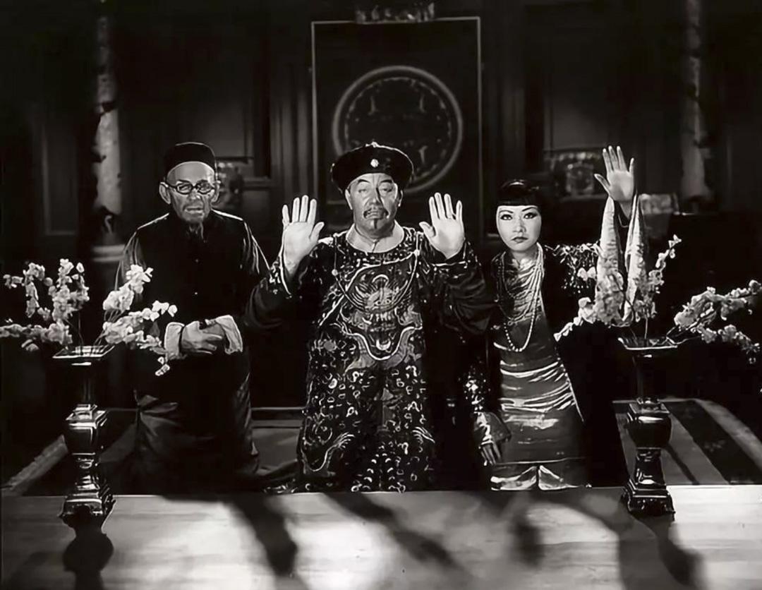 《龍女》中的傅滿洲(中)和黃柳霜扮演的女兒(右)。