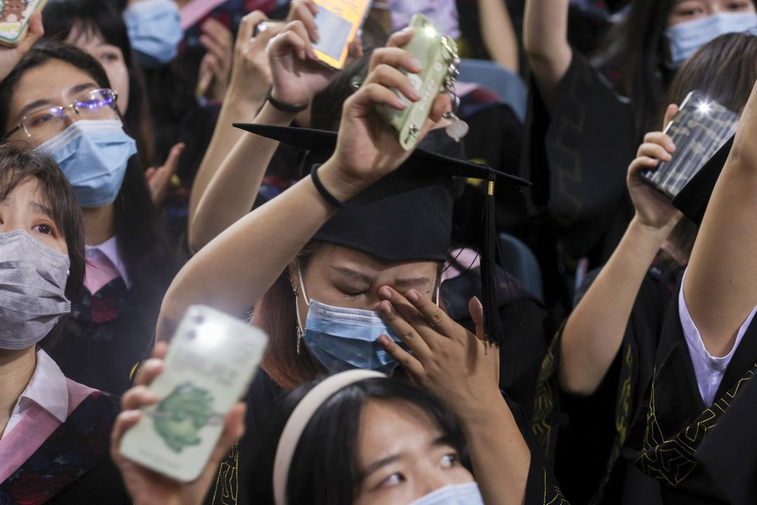 2021年7月13日,北京大學的畢業典禮,有大學生在典禮進行時哭泣。