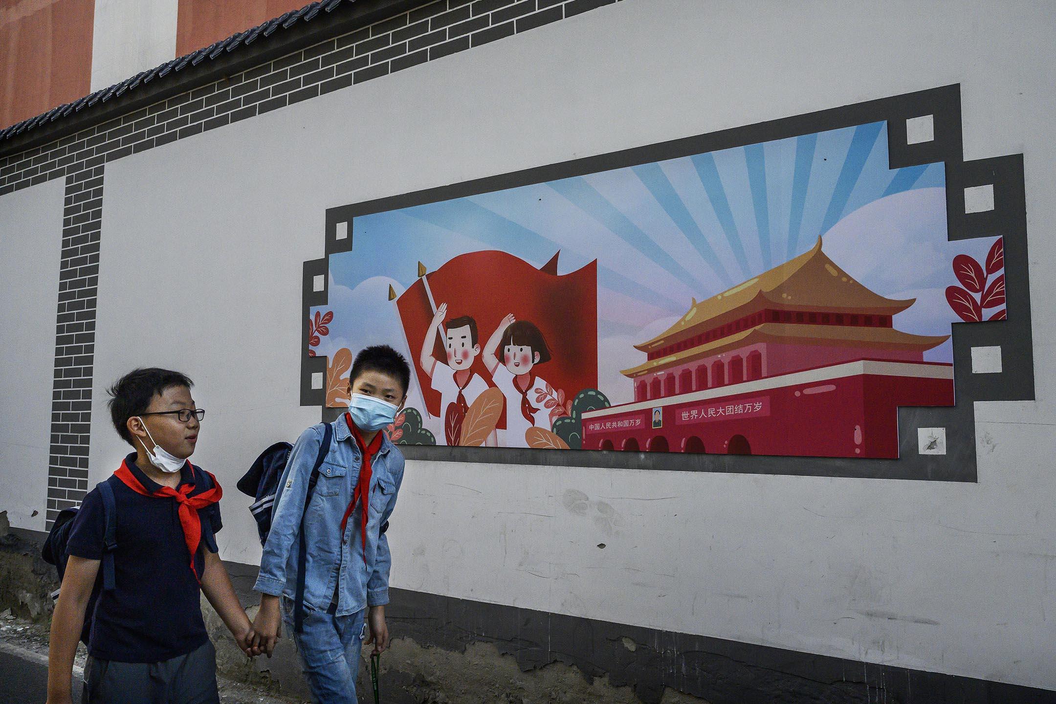 2020年9月17日中國北京 ,中國小學男生在放學後步行回家。