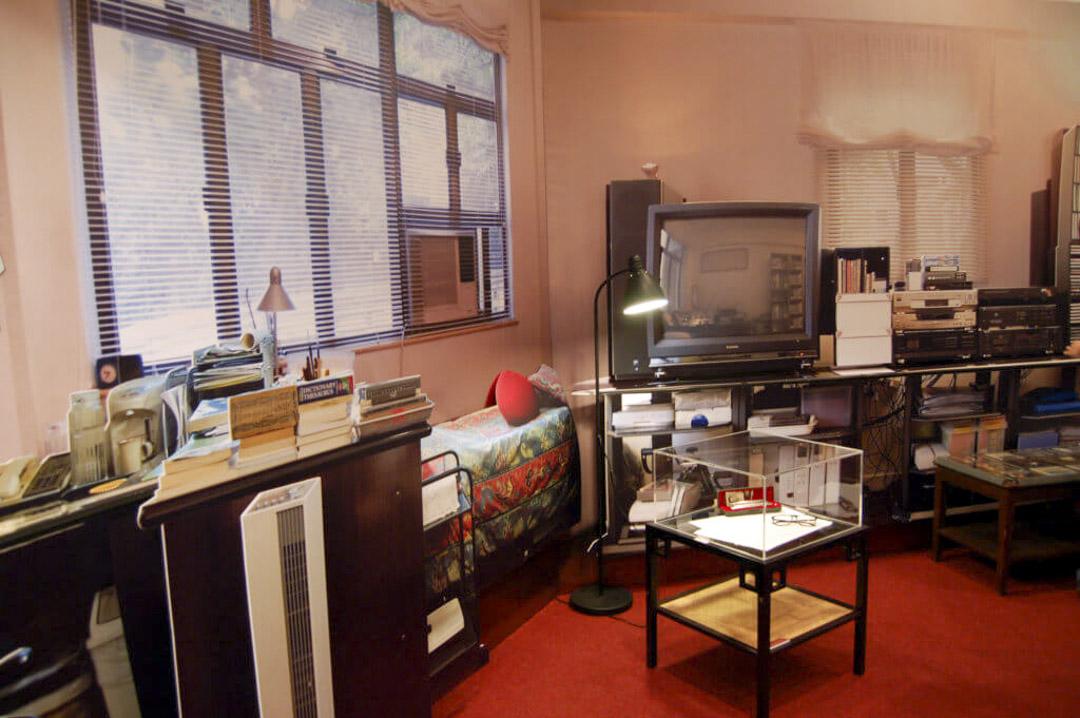 2005年「黃霑與香港大學」特展,曾還原黃霑的書房,展示內裏格局。