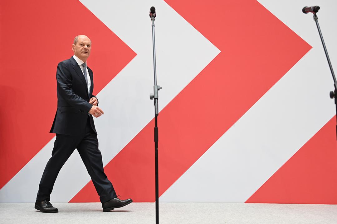 2021年9月27日,肖爾茨(Olaf Scholz)在社會民主黨(SPD)黨總部對支持者發表演講。 攝:Britta Pedersen / picture alliance via Getty Images