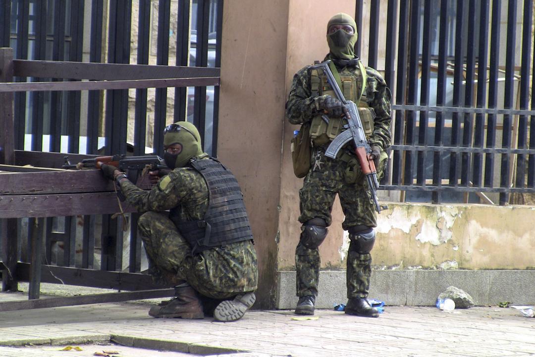 2021年9月5日在畿內亞首都科奈克里鄰近的城市次縣 Kaloum,特種部隊發動政變後有成員在街頭駐守。 攝:Saliou Samb / Reuters
