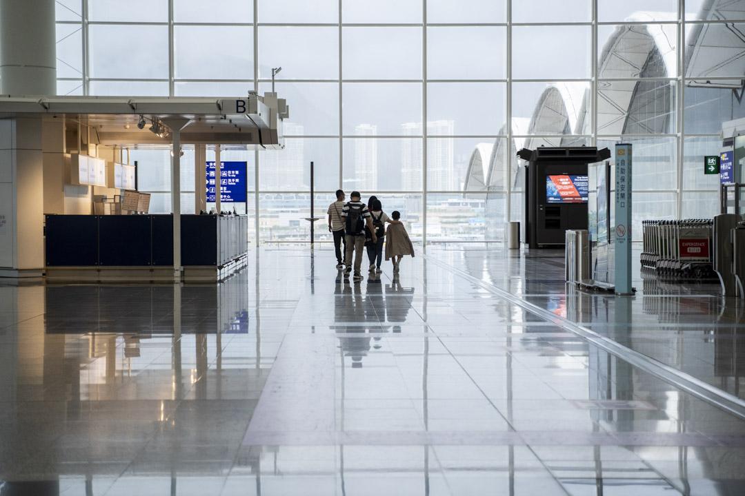2021年7月29日,香港國際機場有不少人乘機離港赴英,親屬朋友送機後離開。