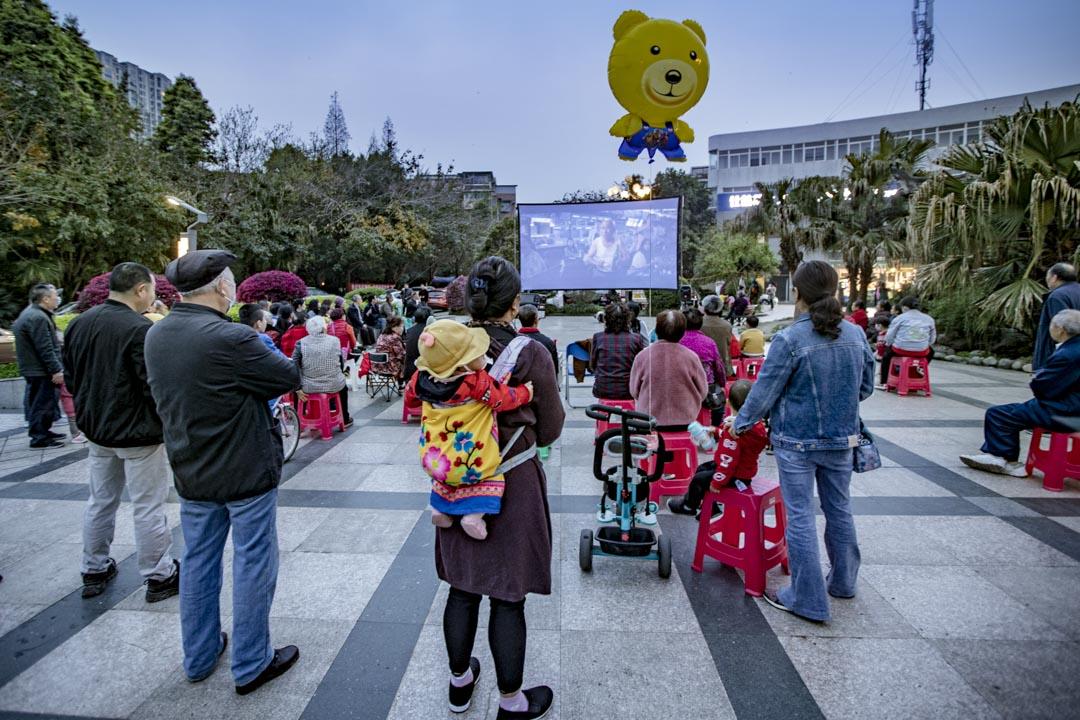 2021年3月17日中國成都,居民於廣場上觀看戶外電影。