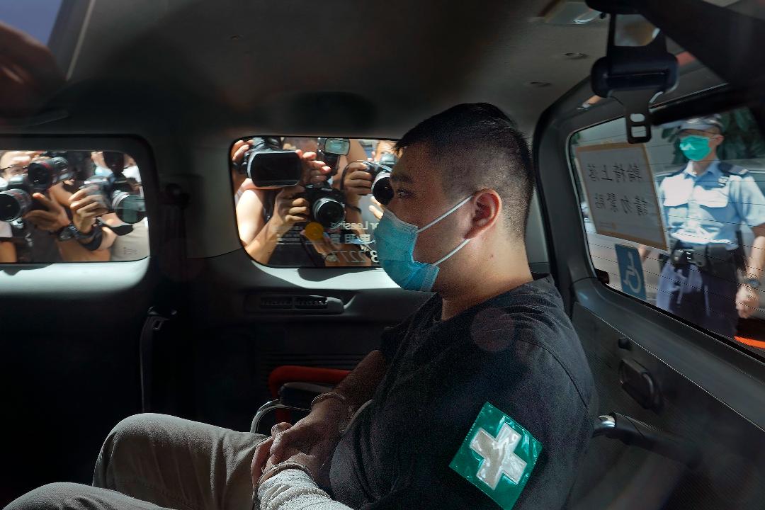 2021年7月6日,香港,唐英傑乘坐警車來到法院。 攝:Vincent Yu/AP Photo