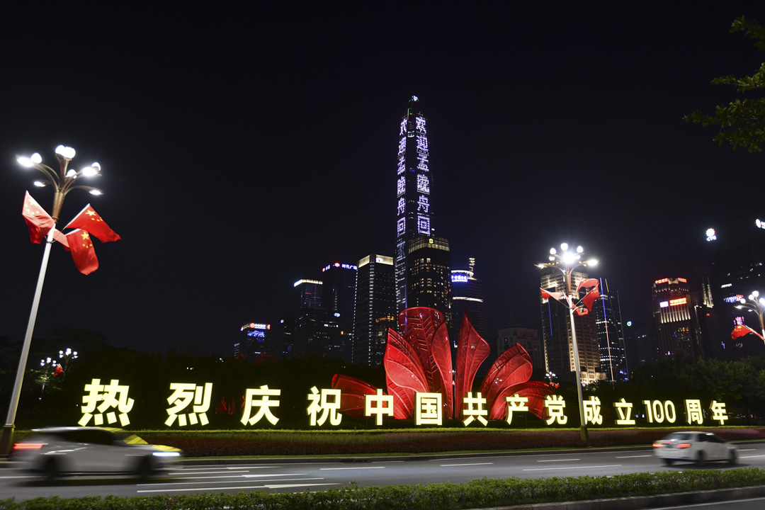 2021年9月25日中國深圳,平安國際金融中心展示了慶祝中國共產黨成立100週年的裝飾。