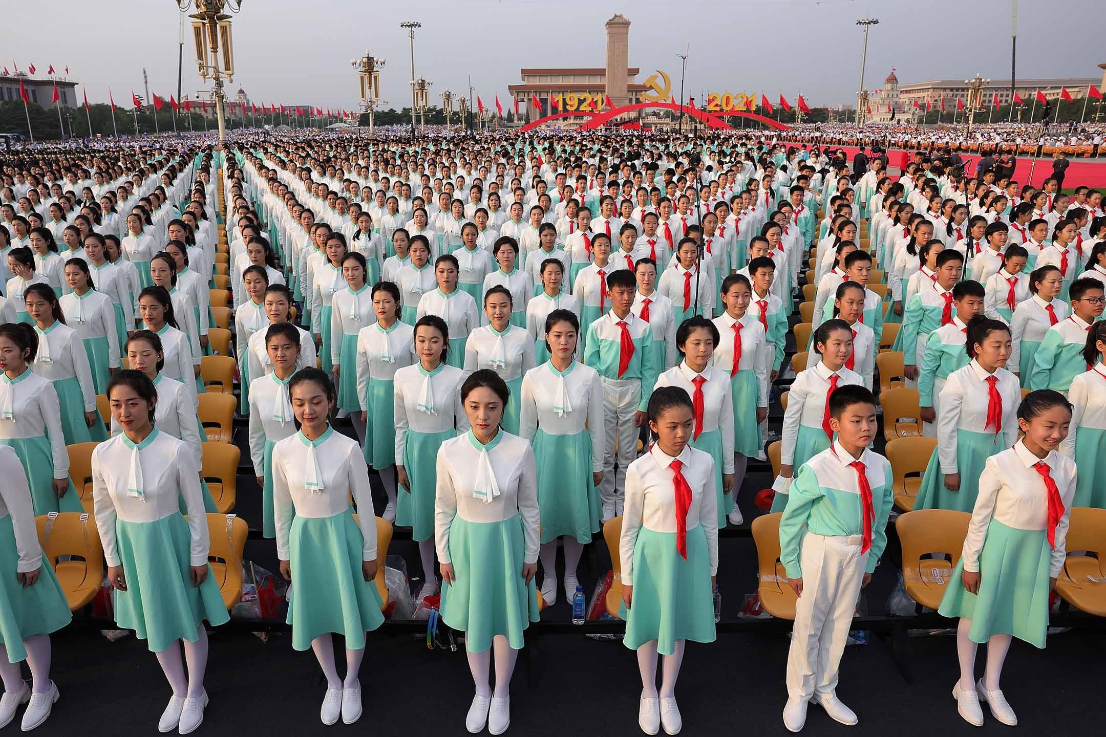 2021年7月1日中國北京,參加者在慶祝共產黨成立 100 週年前排練。