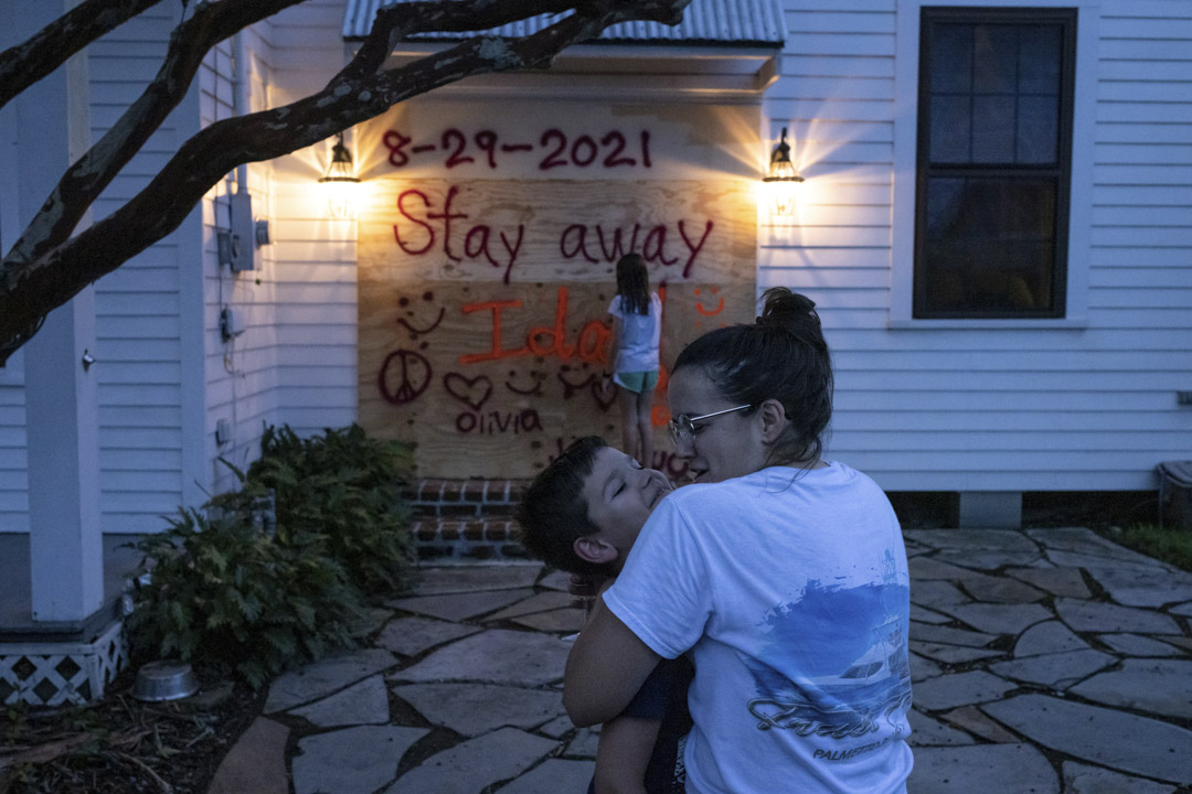 2021年8月28日,美國路易斯安那州摩根城(Morgan City),Christina Bourg一家在颶風艾達登陸前用木板圍封家門。