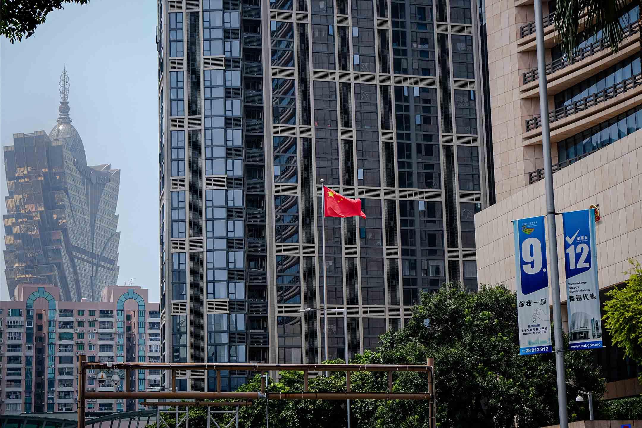 2021年9月12日,澳門中聯辦門外揚起中國國旗。