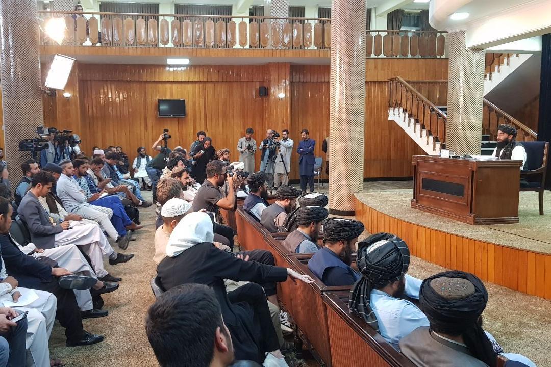 2021年9月7日,阿富汗喀布爾,塔利班發言人穆贾希德(Zabihullah Mujahid)宣布臨時政府成立。 攝:Sayed Khodaiberdi Sadat/Getty Images