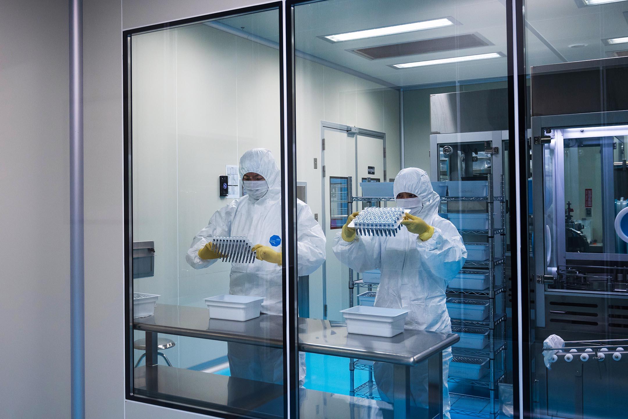 2021年8月31日台灣新竹,Medigen Vaccine Biologics Corp. (MVC) 疫苗生產線上的員工。