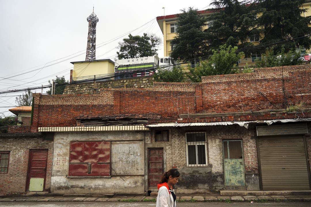 王石凹街道上關門的商鋪,與印著「印台更美麗」的卡車。