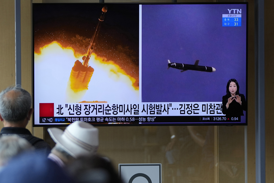 2021年9月13日在南韓首爾,民眾正在觀看有關北韓試射巡航導彈的新聞報道。 攝:Lee Jin-man / AP Photo
