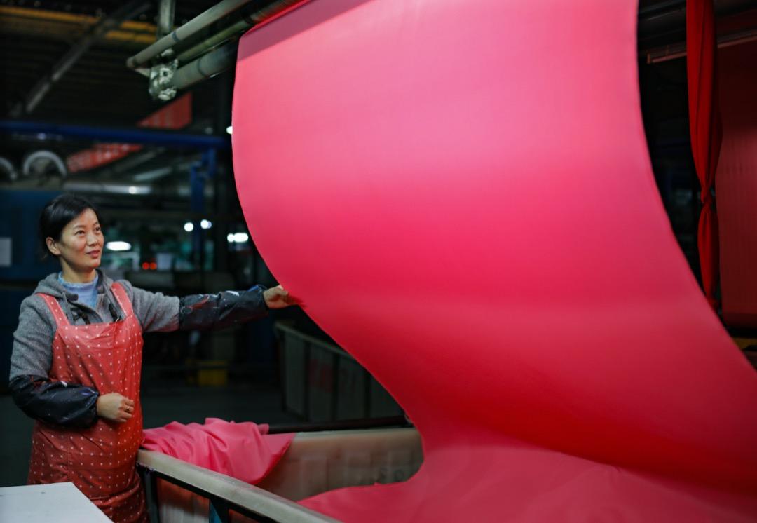 中國江西省萬年縣,一名女工在紗廠工作。