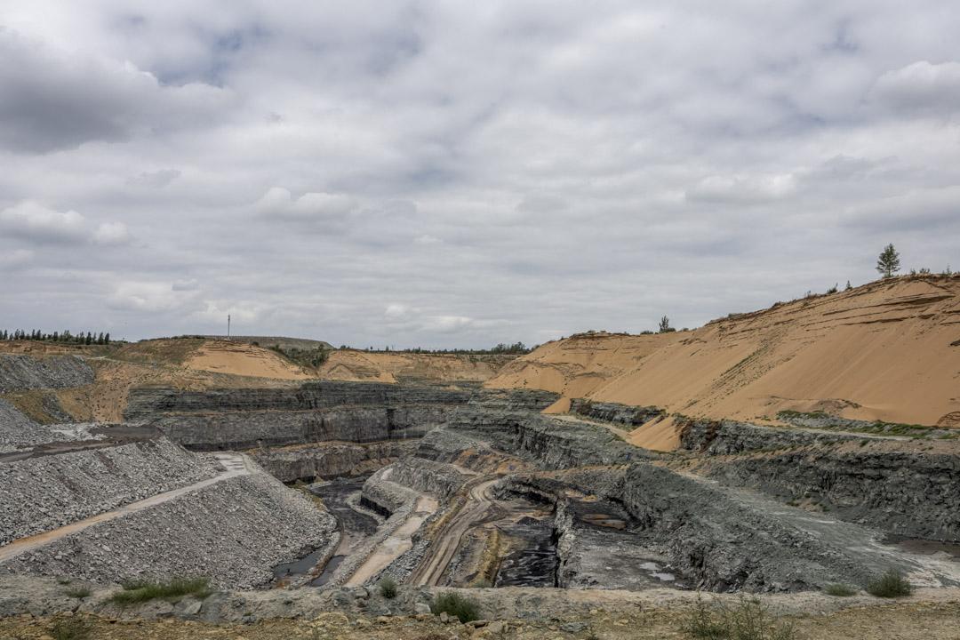 廢棄的露天煤礦礦坑。