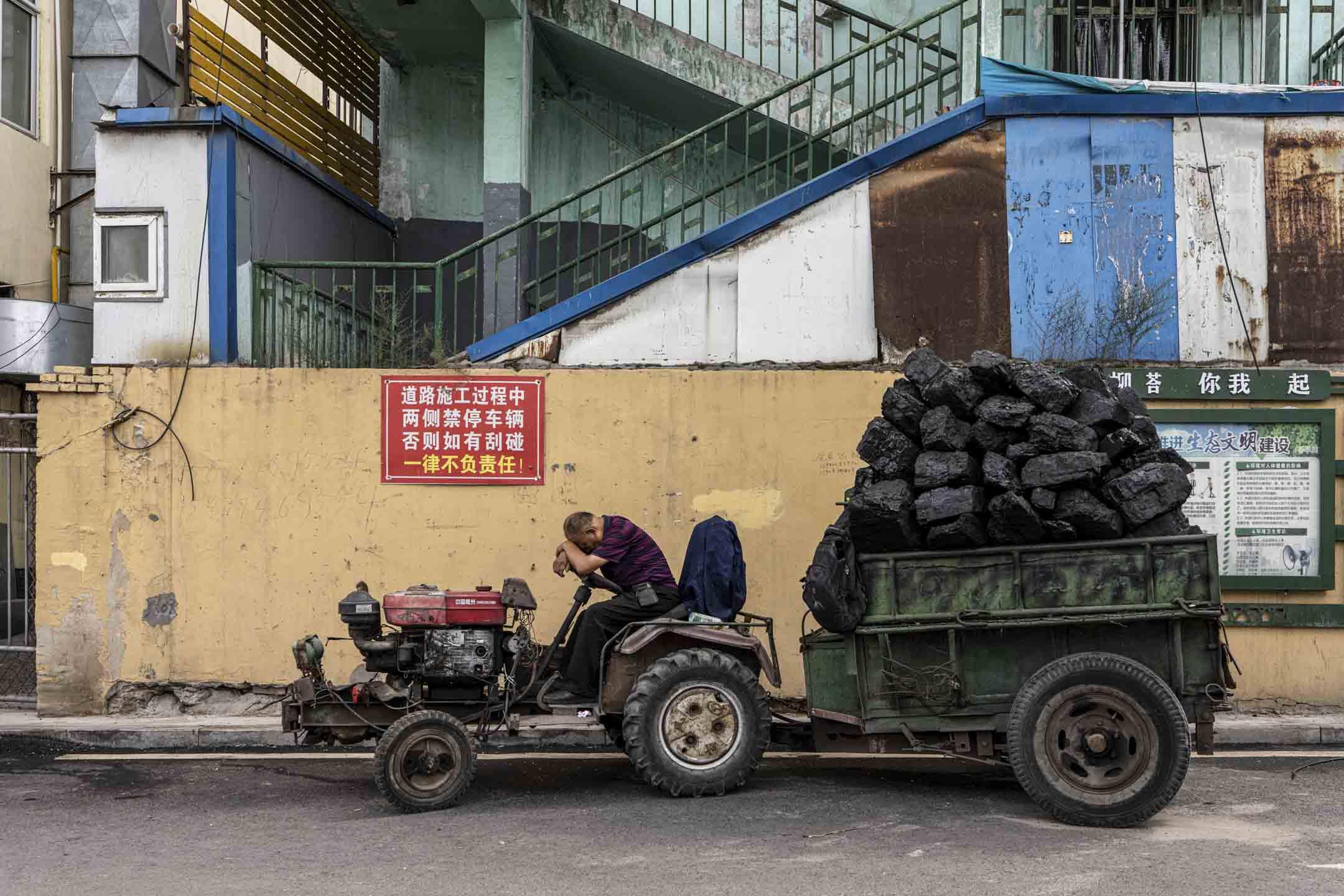 在大柳塔舊車站旁販煤的老王。 攝:鄒璧宇/端傳媒
