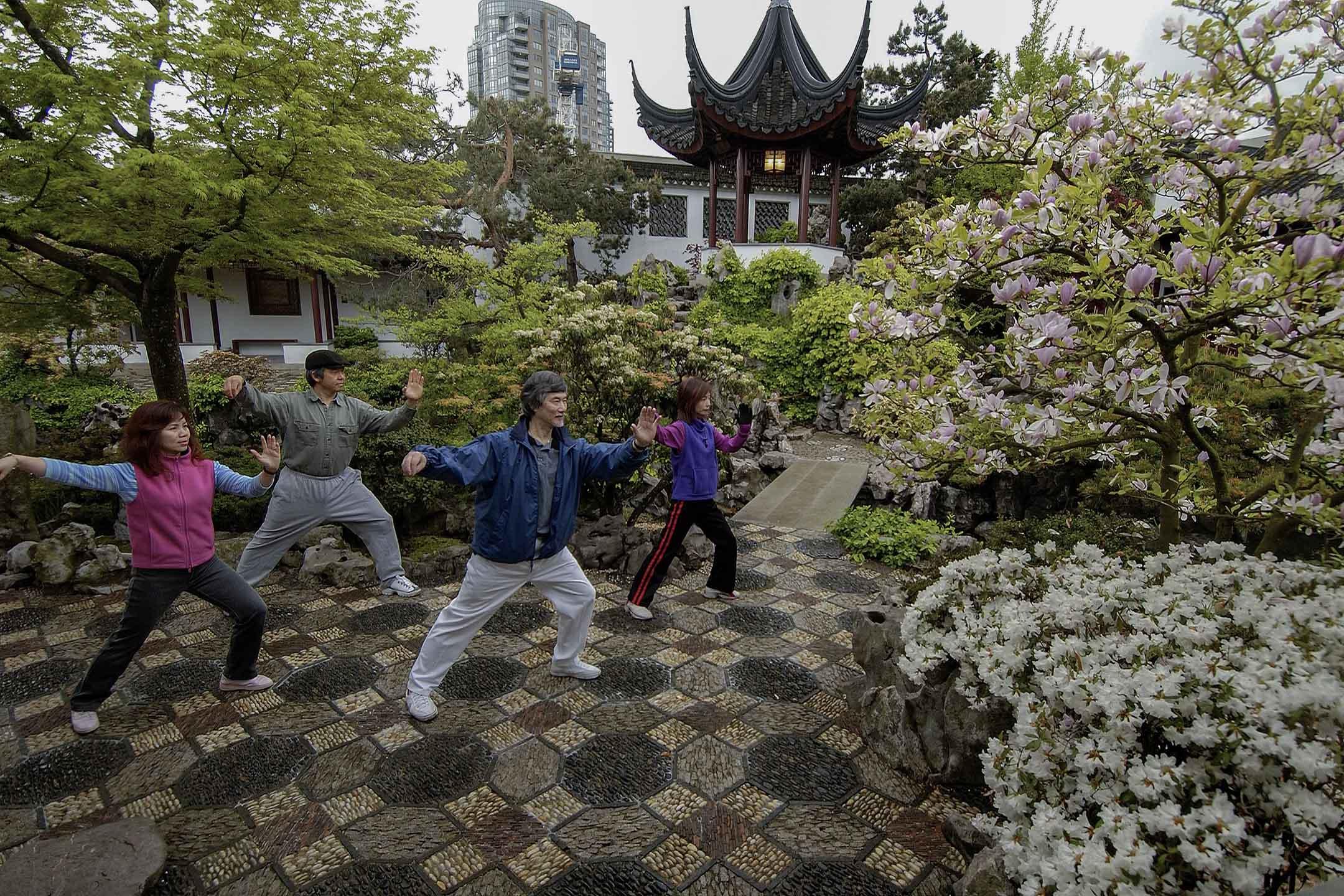 2004年4月20日加拿大溫哥華,一名老師和他的學生練習太極拳。