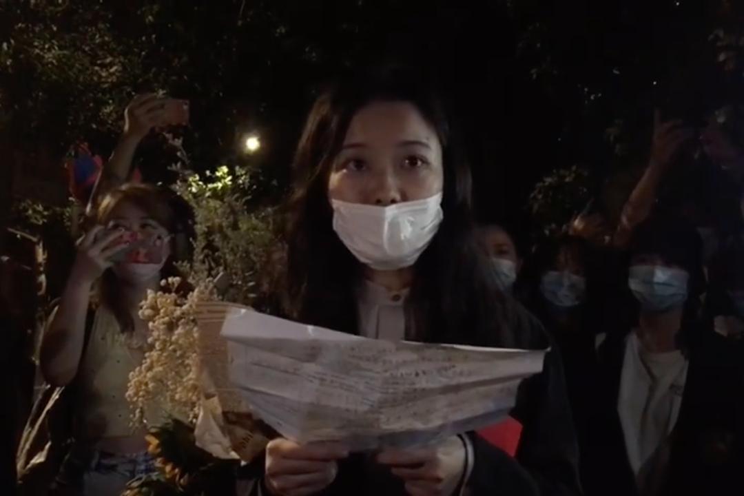 2021年9月14日,北京,弦子訴朱軍性騷擾案,弦子向支持者介紹庭審經過。 圖片來自錄像截圖