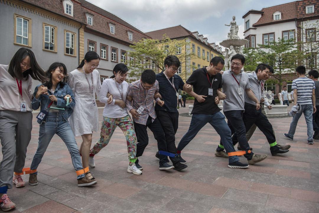2019年4月24日中國東莞,華為員工在新擴建的研發園區玩遊戲。