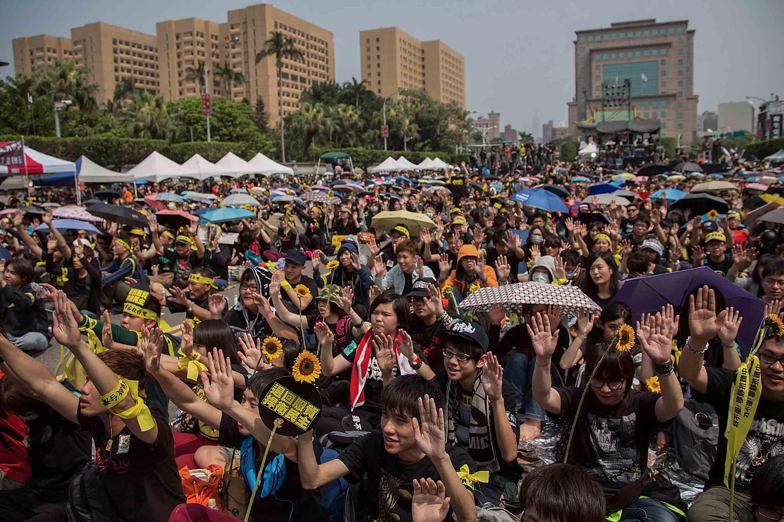 2014年3月30日台北,反對海峽兩岸服務貿易協議的學生舉行大型集會,填滿凱達格蘭大道。