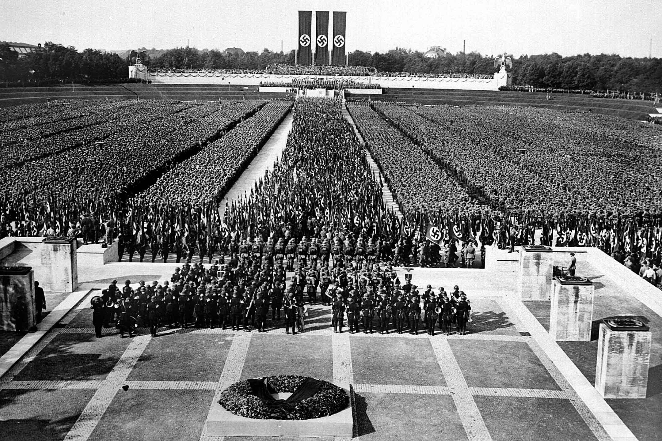 1935年德國,蘭妮·萊芬斯坦 (Leni Riefenstahl) 的電影《意志的勝利》場景。