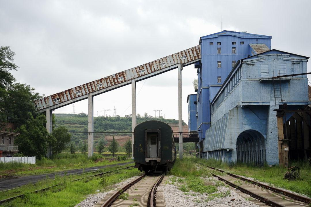 王石凹煤礦曾經的選煤樓與運煤火車。