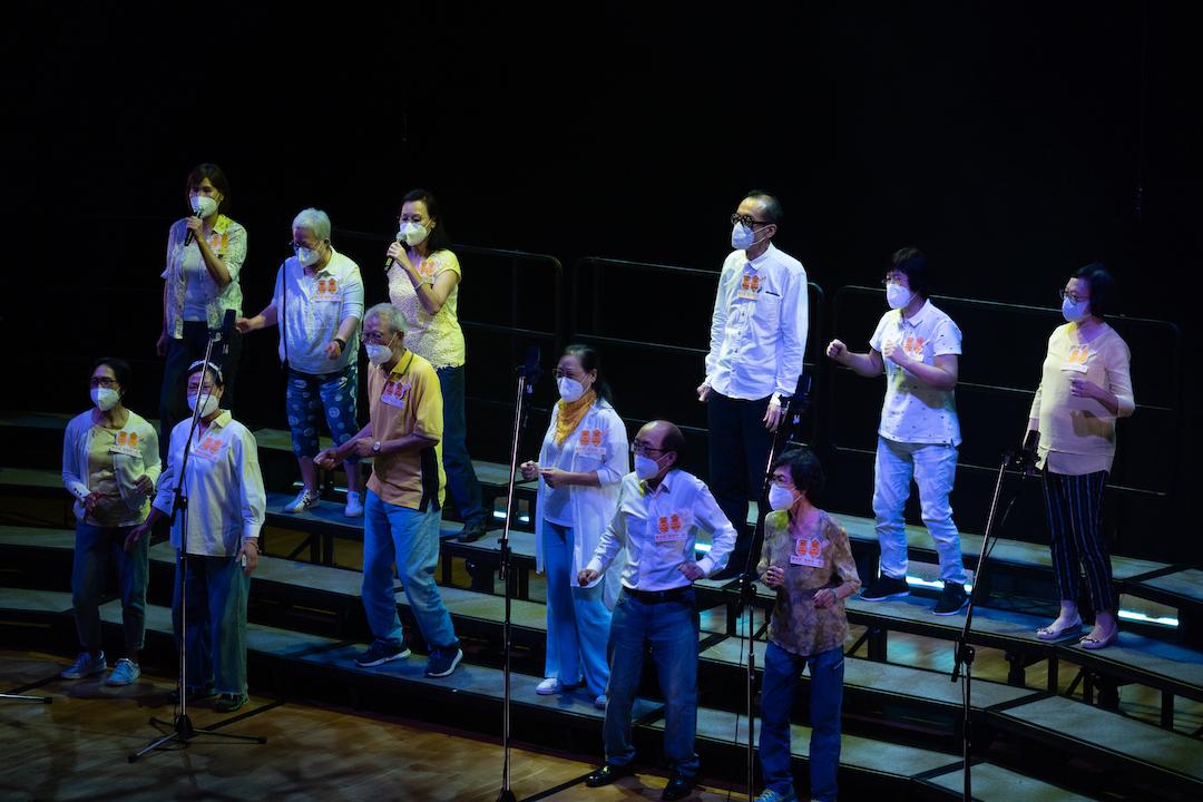 長者學員於2021年8月登上沙田大會堂演奏廳舞台,參與賽馬會「耆樂唱一舖」年度演出。