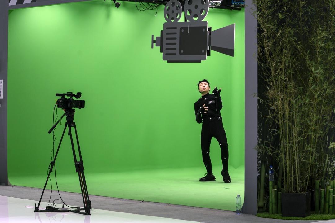 一名穿上動態捕捉服的演員在綠幕前演出。