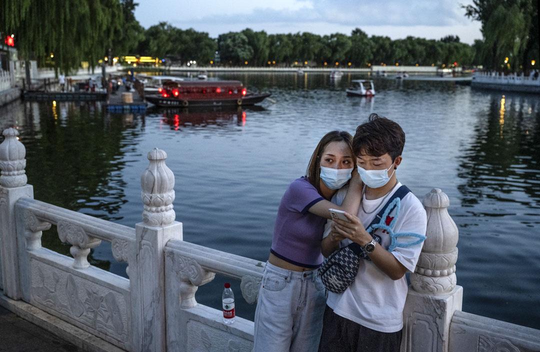 2021年8月24日,北京一對夫婦在參觀后海時站在一起。