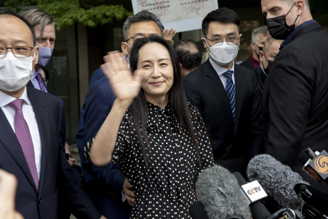 2021年9月24日,加拿大溫哥華的引渡聽證會結束後,孟晚舟在最高法院外揮手致意。