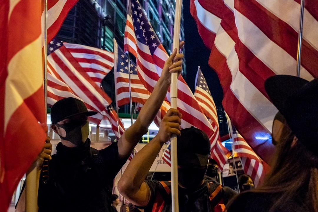 2019年10月14日,香港反修例運動期間,有集會支持美國通過香港人權與民主法,參與者高舉美國國旗。