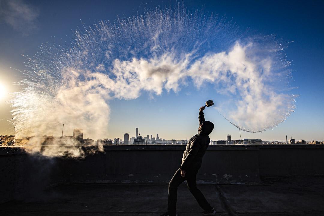 2020年12月30日,北京一名市民在空中潑水,水立即變成冰。