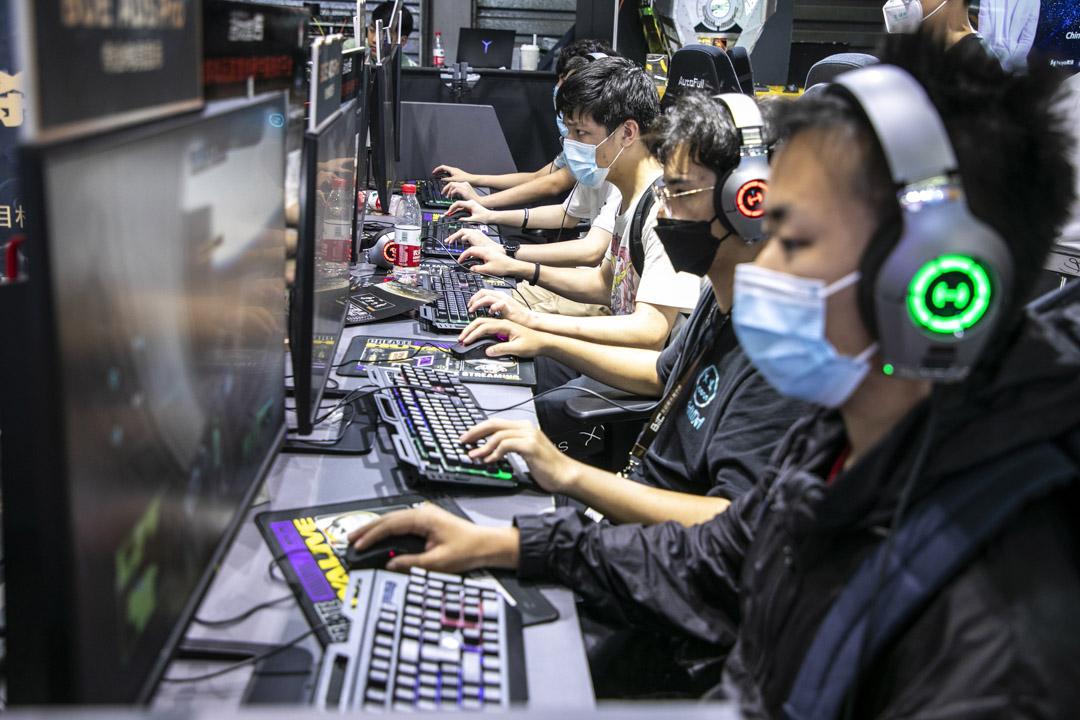 2021年7月31日,第19屆中國數字娛樂博覽會上,年青人正在場內玩網絡遊戲。 攝: VCG/VCG via Getty Images