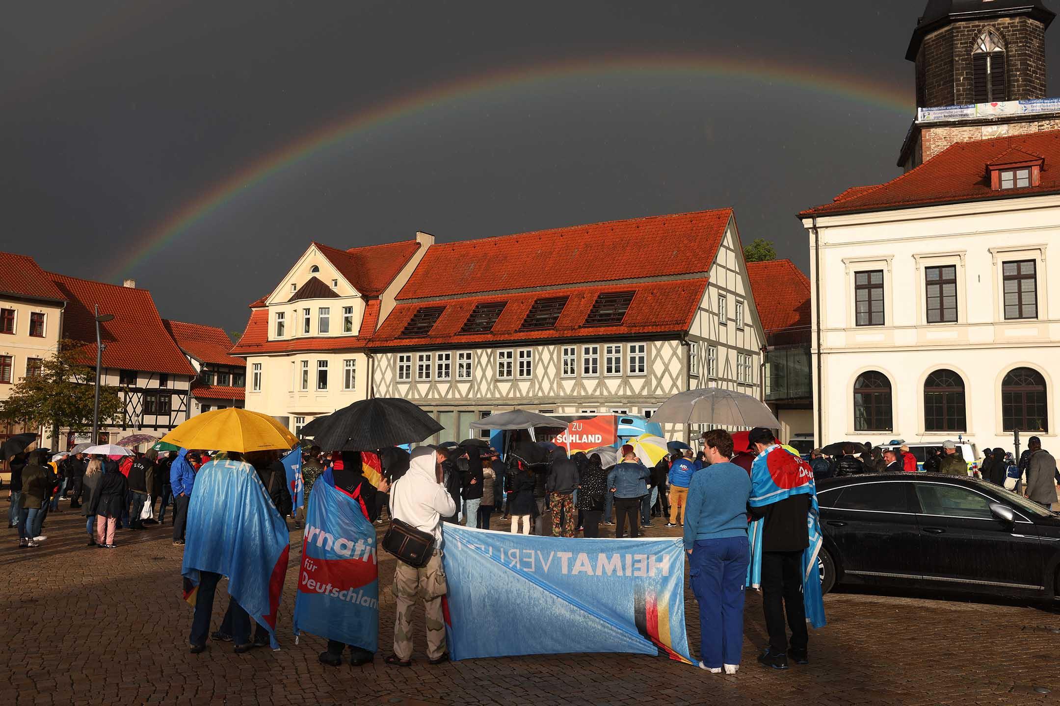 2021年5月28日德國哈爾登斯萊本,德國選擇黨的支持者參加競選集會,期間看到彩虹。