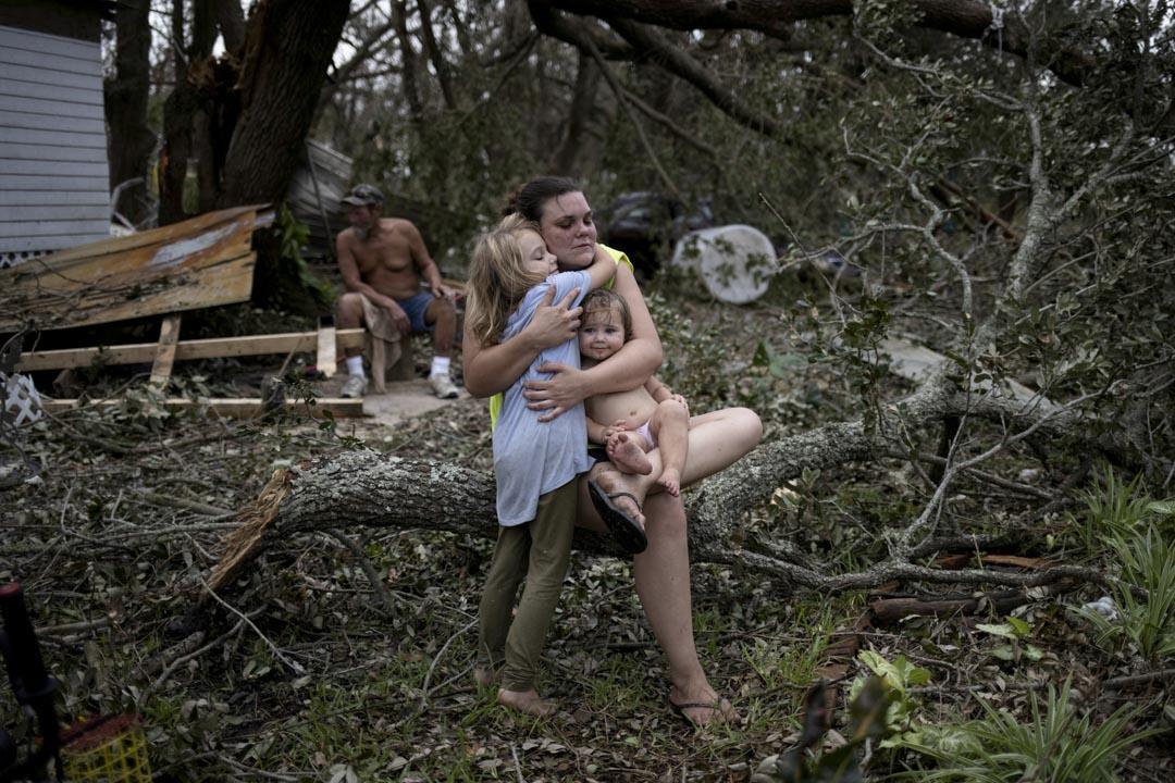 2021年9月1日,美國路易斯安那州遭颶風艾達 (Ida) 吹襲過後,Tiffany Miller全家返回被毀壞的家園,並抱著 6 歲的女兒Desilynn與一歲的兒子Charleigh,神情憂傷。